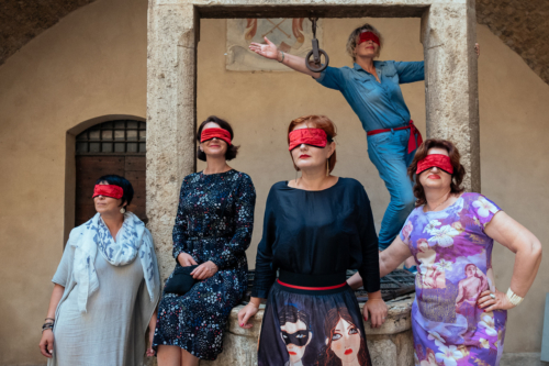The blindfolded goddesses